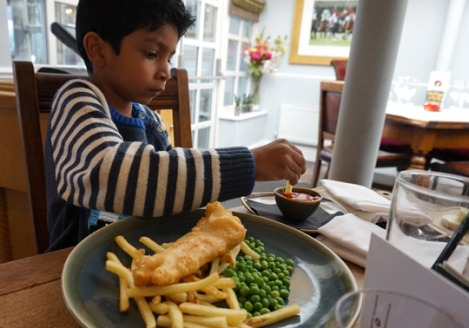 fox_and_hounds_englefield_green_family_sunday_lunch_windsor_kids_fish_and_chips