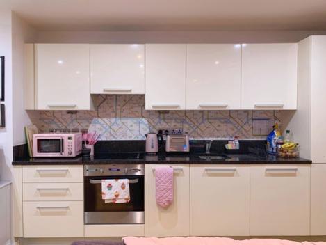 Pink-Kitchen-Subway-Tube-Wallpaper-1