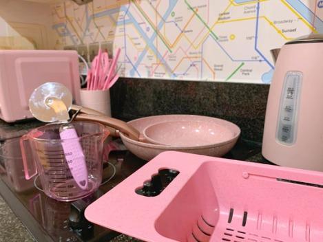 Pink-Kitchen-Subway-Tube-Wallpaper-3