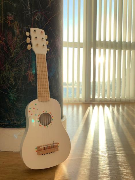 Vertbaudet-Wooden-Toys-Guitar-1